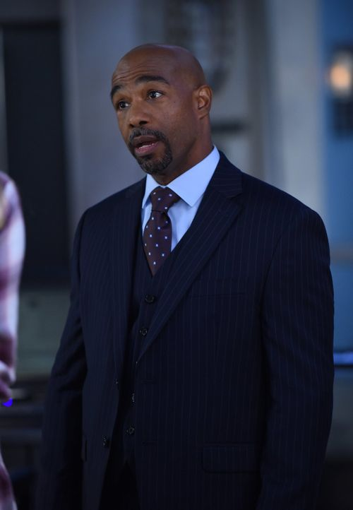 Da Bryan Graves (Michael Beach) vom FBI New York Mafia-Boss Truno endlich dingfest machen will, bietet er einer Verdächtigen im Mordfall Zeugenschut... - Bildquelle: Warner Brothers
