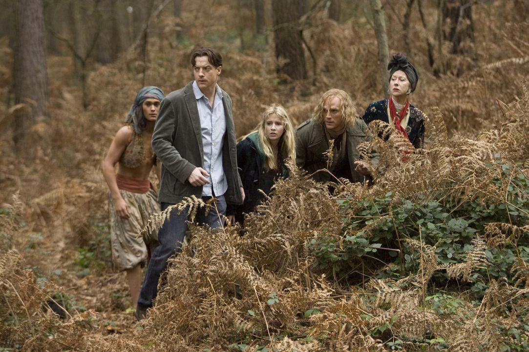 Wird ihnen die Flucht vor Capricorn und seinen Männern gelingen? (v.l.n.r.) Farid (Ravi Gavron), Mo (Brendan Fraser), Meggie (Eliza Bennett), Staub... - Bildquelle: Warner Brothers
