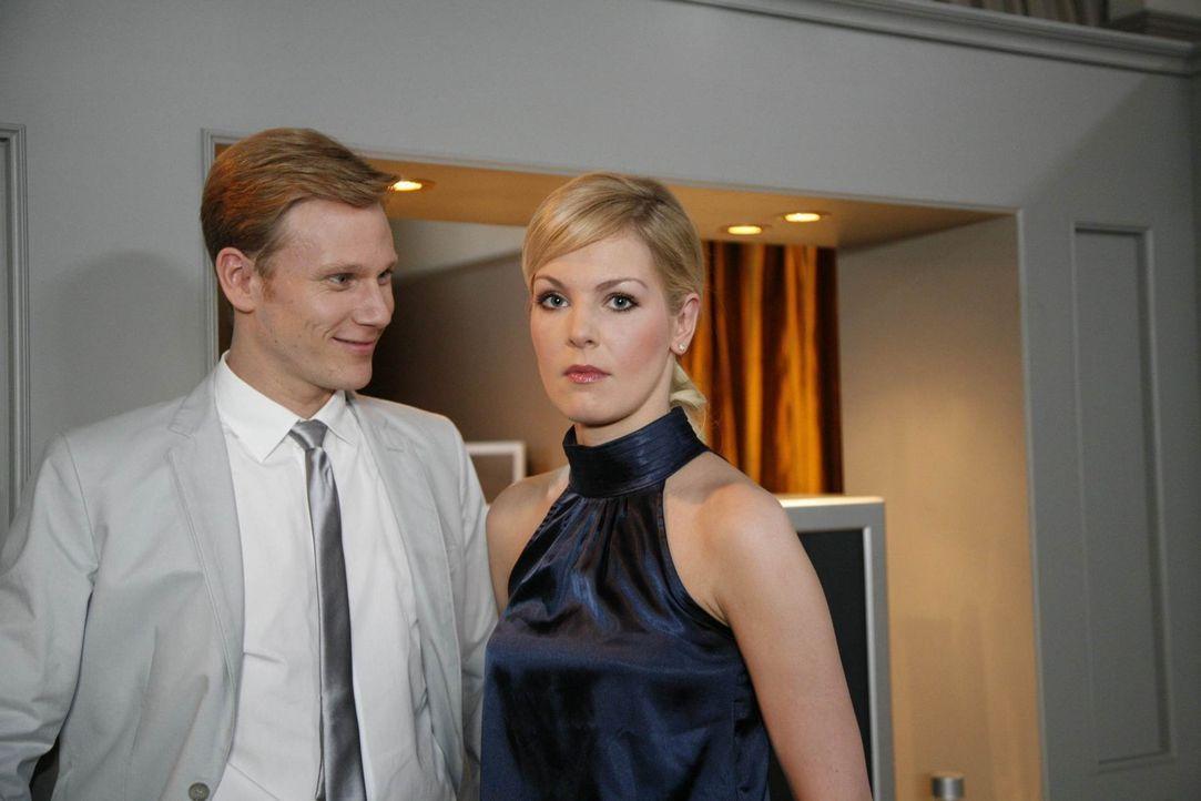 Werden zu Verbündeten: Alexandra (Ivonne Schönherr, r.) und Philip (Philipp Romann, l.) ... - Bildquelle: SAT.1