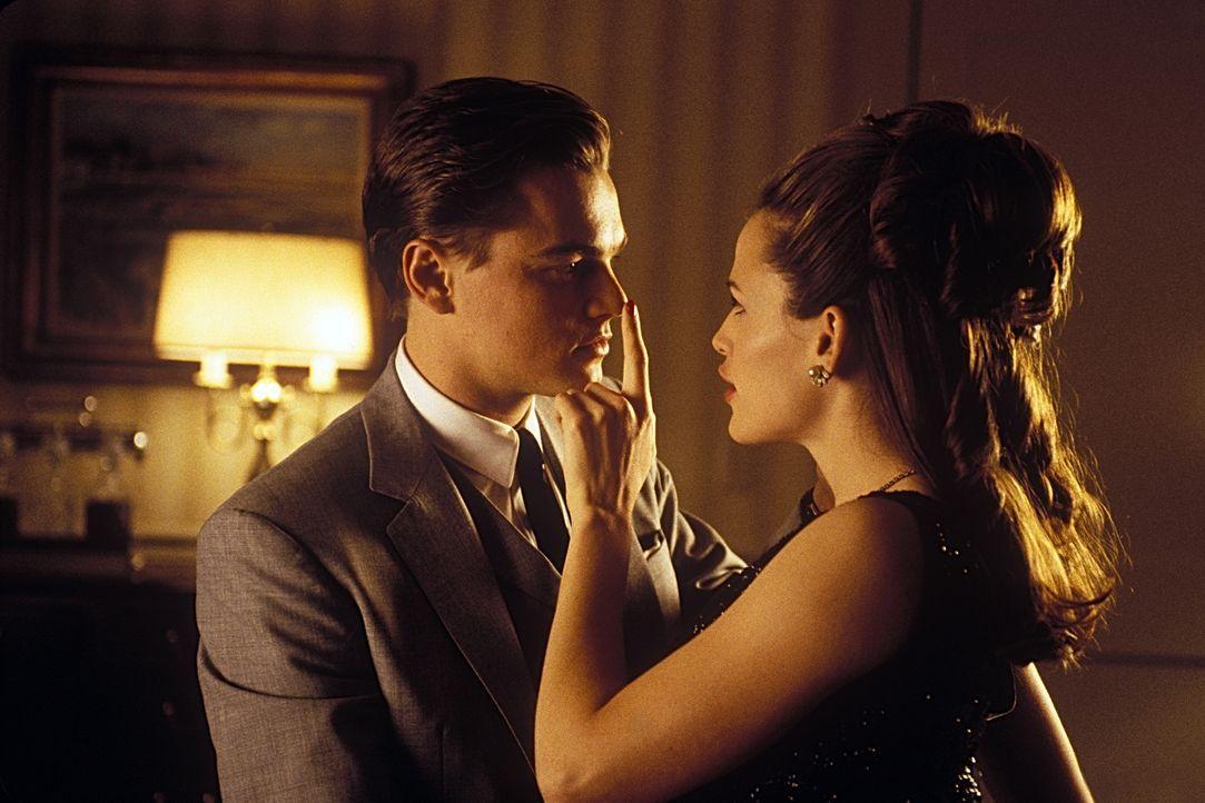 Liebe auf den ersten Blick: Frank (Leonardo DiCaprio, l.) und Cheryl Ann (Jennifer Garner, r.) ... - Bildquelle: TM &   2003 DreamWorks LLC. All Rights Reserved