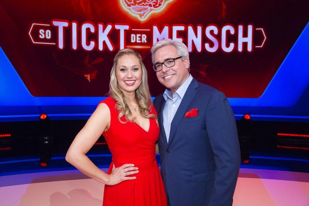 """""""So tickt der Mensch"""" mit Ruth Moschner (l.) und Psychologe Rolf Schmiel (r.) ... - Bildquelle: Richard Hübner SAT.1"""