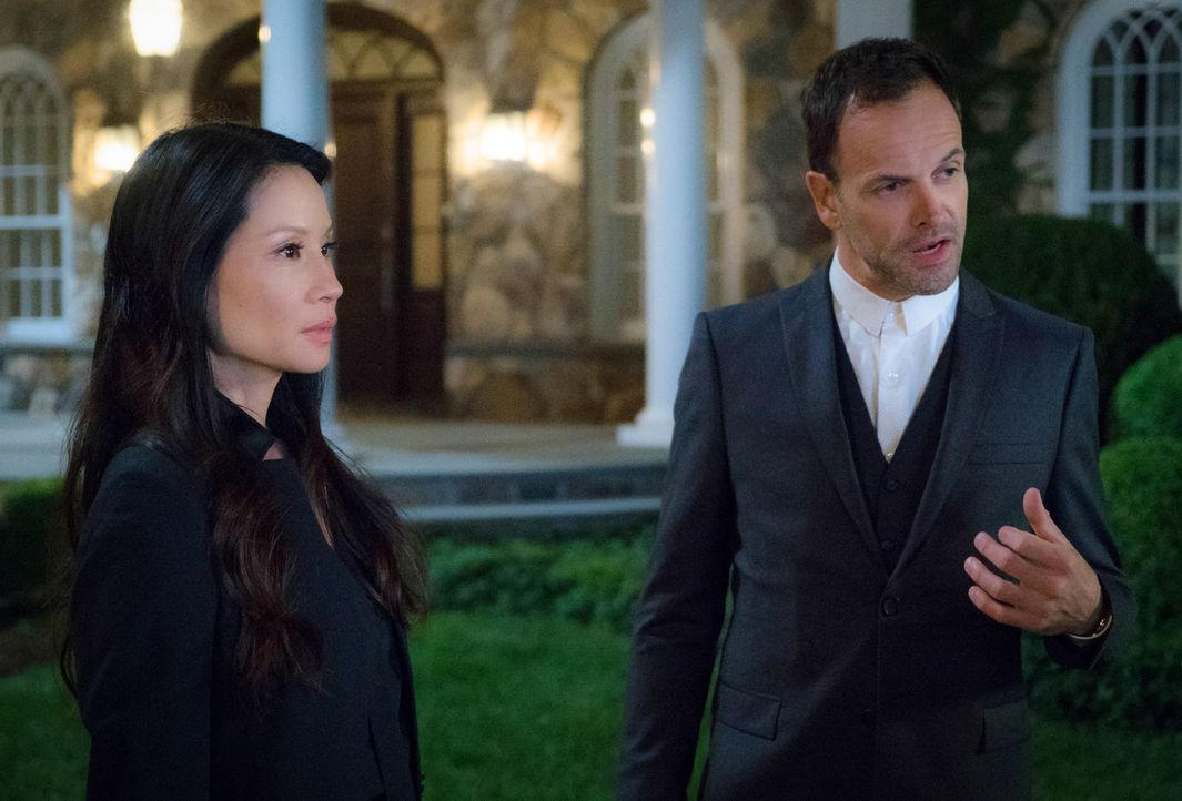 Gibt es jetzt Dank der schriftstellerischen Leistung von Joans (Lucy Liu, l.) Vater auch in Buchformat: Holmes (Jonny Lee Miller, r.) und Watson ... - Bildquelle: Michael Parmelee 2015 CBS Broadcasting Inc. All Rights Reserved.