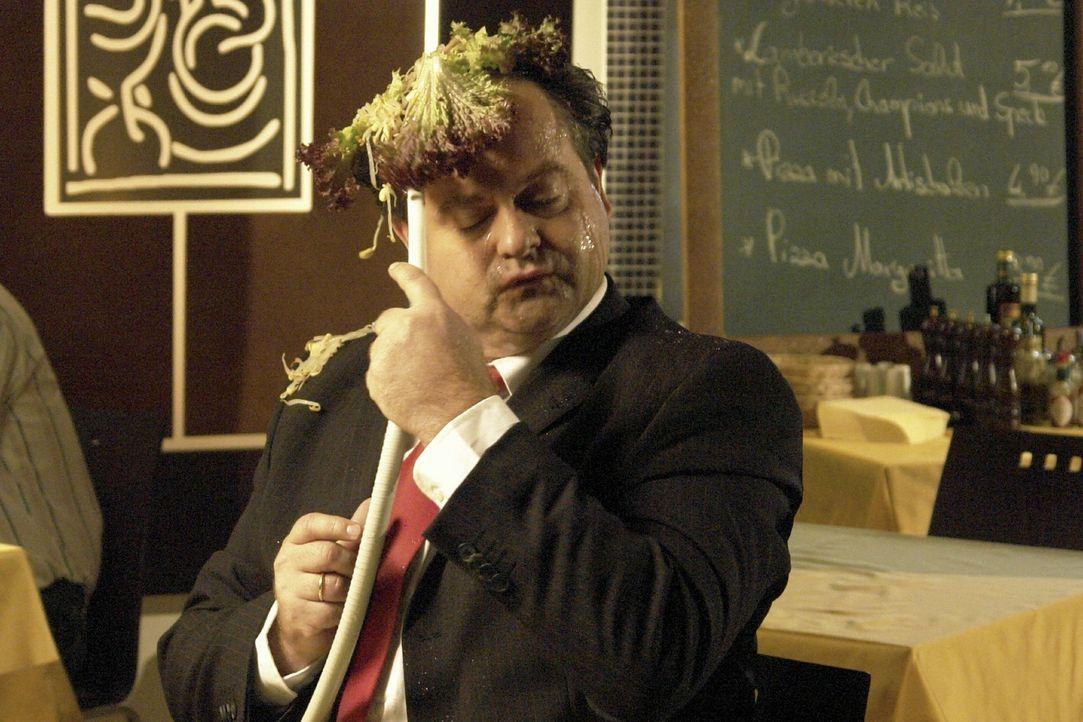 Zahnarzt Bill (Markus Majowski) kann nicht abschalten, sogar im Restaurant hat er seinen Absaugschlauch dabei - wie praktisch, denn gerade hat ihm s... - Bildquelle: Sat.1