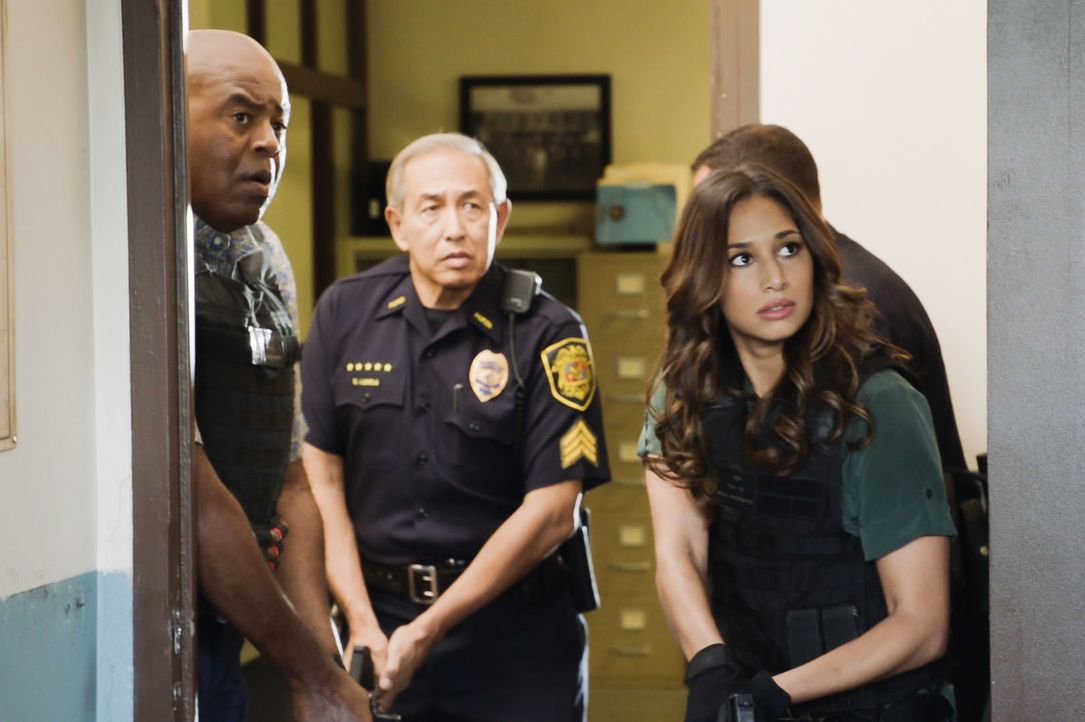 Als zwei Touristen tot aufgefunden werden, führt der Mordfall das Hawaii Five-0 Team (v.l.n.r.: Chi McBride, Dennis Chun und Meaghan Rath) zu einem... - Bildquelle: 2017 CBS Broadcasting Inc. All Rights Reserved.