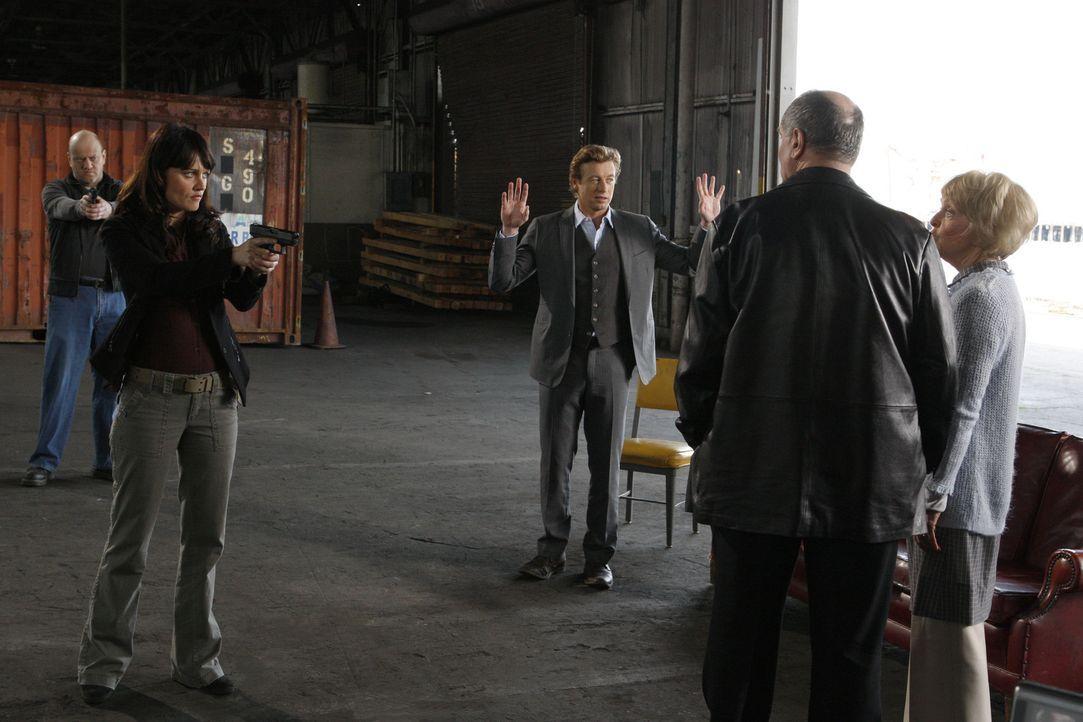 Bei den Ermittlungen eines neuen Mordfalles stoßen Teresa (Robin Tunney, 2.v.l.) und Patrick (Simon Baker, M.) auf Hank (John Kapelos, 2.v.r.) und... - Bildquelle: Warner Bros. Television