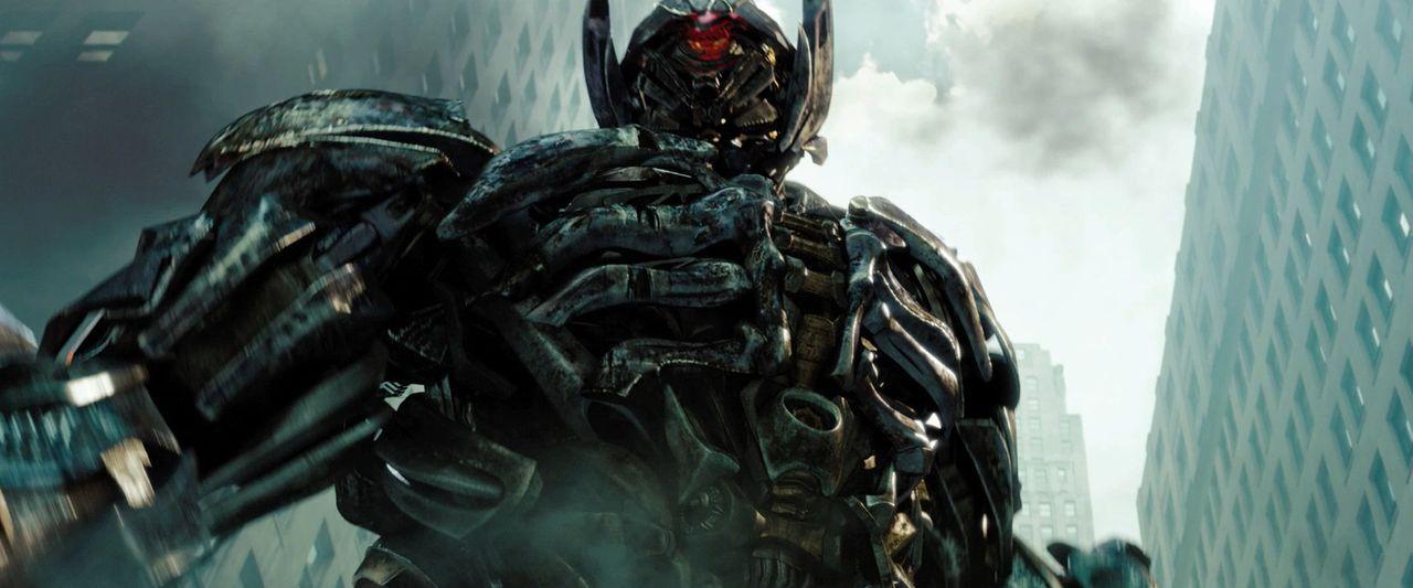 In einem Wrack eines Raumschiffs auf dem Mond wird ein bislang unentdeckter Transformer versehentlich reaktiviert, es ist der verschollen geglaubte... - Bildquelle: 2010 Paramount Pictures Corporation.  All Rights Reserved.