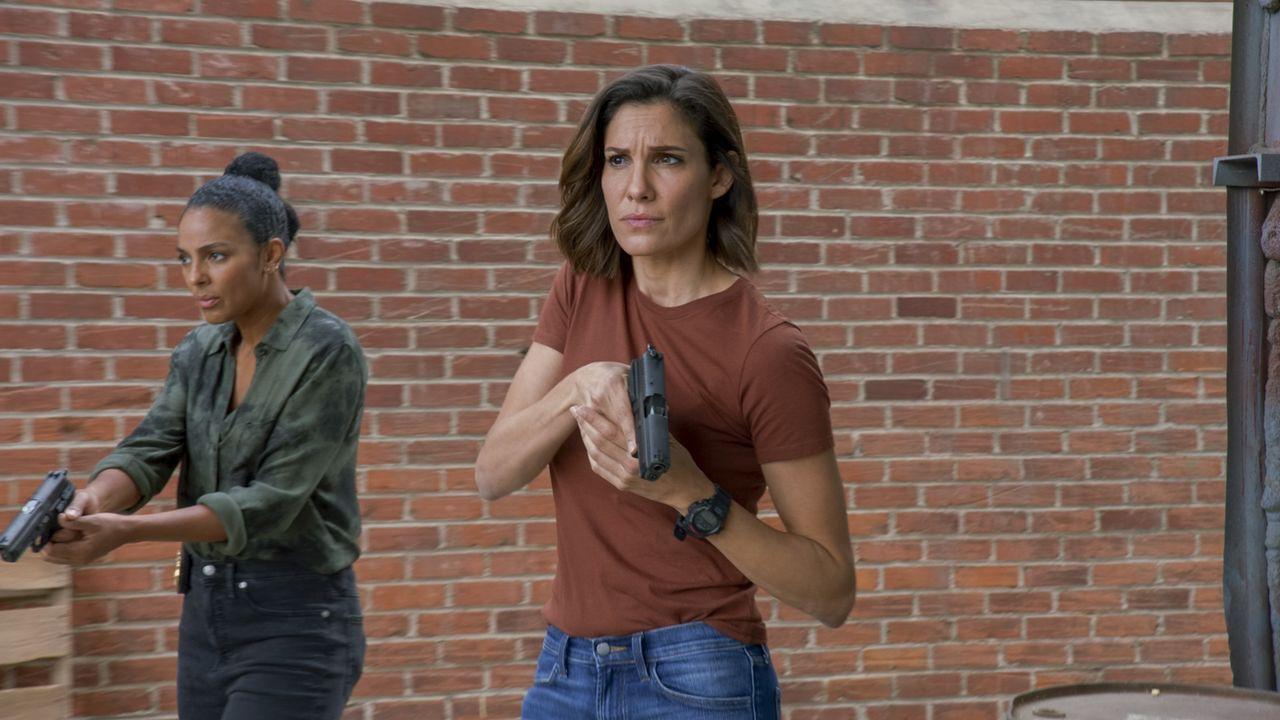 Special Agent Nicole Dechamps (Marsha Thomason, l.); Special Agent Kensi Blye (Daniela Ruah, r.) - Bildquelle: 2020 CBS Broadcasting, Inc. All Rights Reserved.