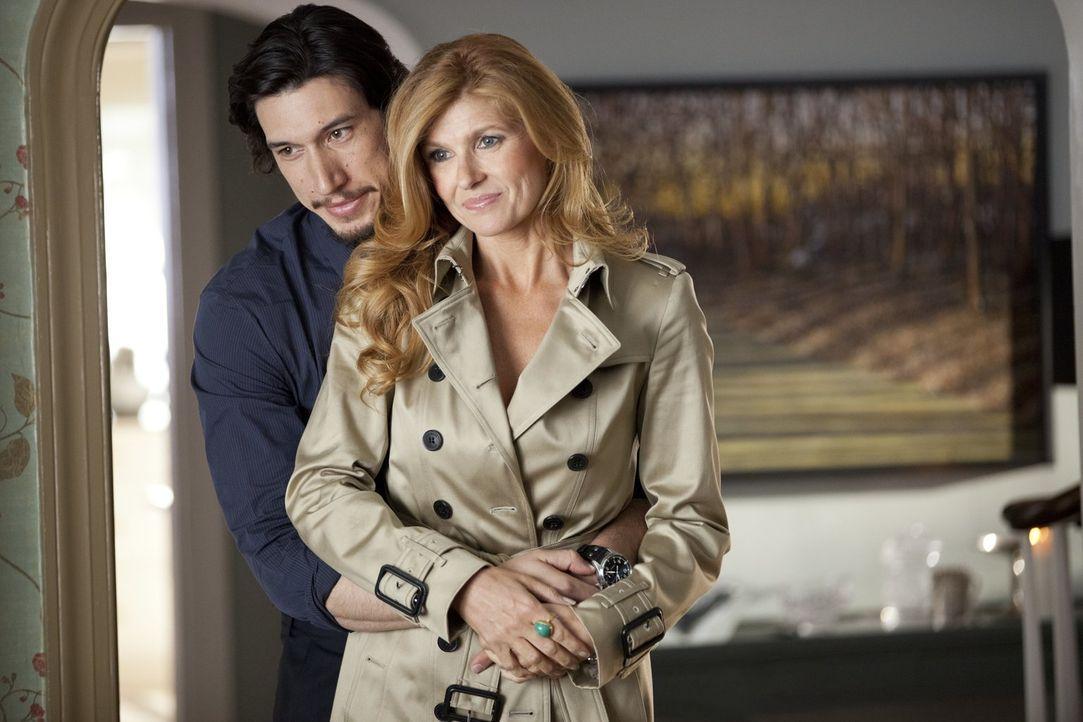 Die neue Freundin von Phillip (Adam Driver, l.) erachten alle als zu gut für ihn. Tracy (Connie Britton, r.) ist nicht nur viel reifer, reicher und... - Bildquelle: 2014 Warner Brothers