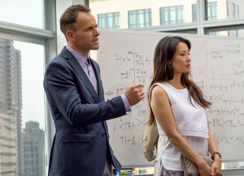 Sherlock (Jonny Lee Miller, l.) und Joan (Lucy Liu, r.)  helfen einem Mathegenie aus dem Netzwerk Irregulars, der nach einem Mathematikwettbewerb üb... - Bildquelle: CBS Television