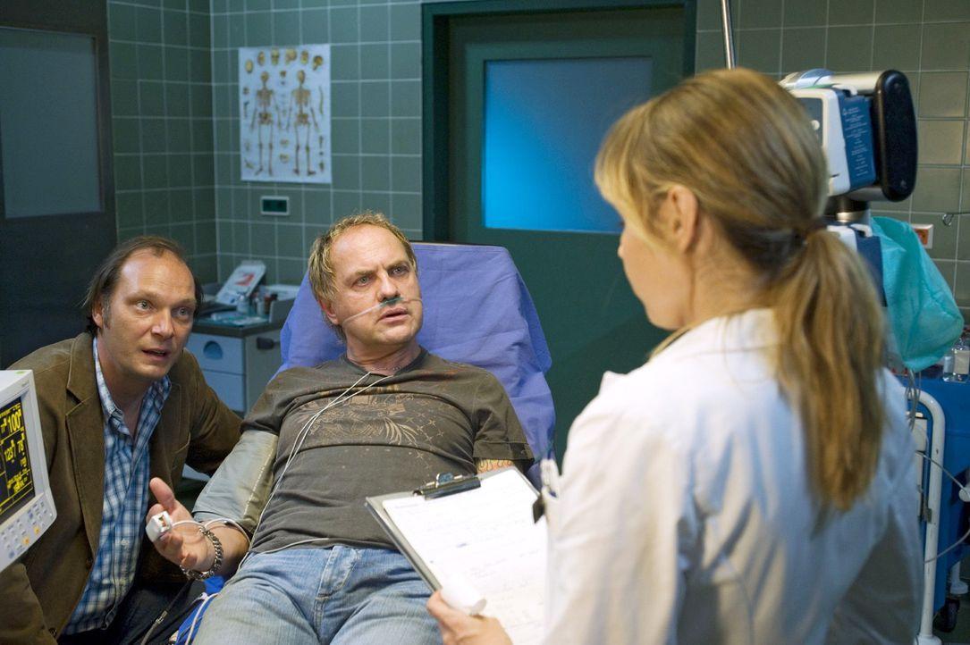 Wolfi (Martin Brambach, l.) bringt seinen Freund Carlo (Uwe Ochsenknecht, M.) mit starken Herzschmerzen ins Krankenhaus. Dort wird Carlo von Ellen (... - Bildquelle: Sat.1