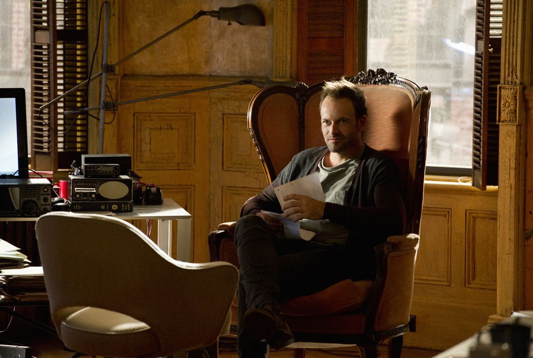 Versucht, einen neuen Fall zu lösen: Sherlock Holmes (Jonny Lee Miller) ... - Bildquelle: CBS Television