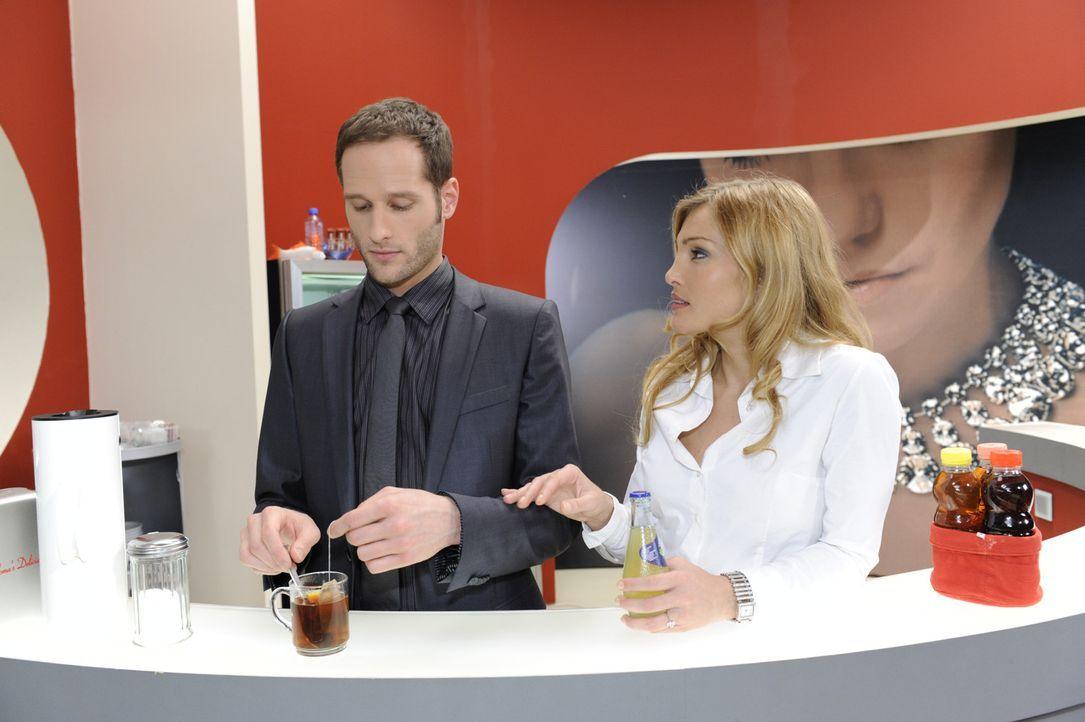 David (Lee Rychter, l.) macht Annett (Tanja Wenzel, r.) ein Friedensangebot. Doch meint er es wirklich ernst? - Bildquelle: SAT.1