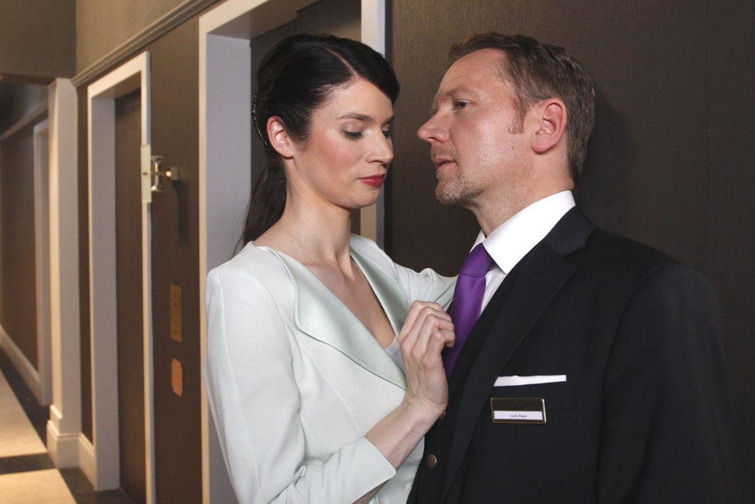 Carlo (Mathias Kahler-Polagnoli, r.) erkennt, dass Gina (Elisabeth Sutterlüty, l.) über Leichen gehen würde ... - Bildquelle: SAT.1