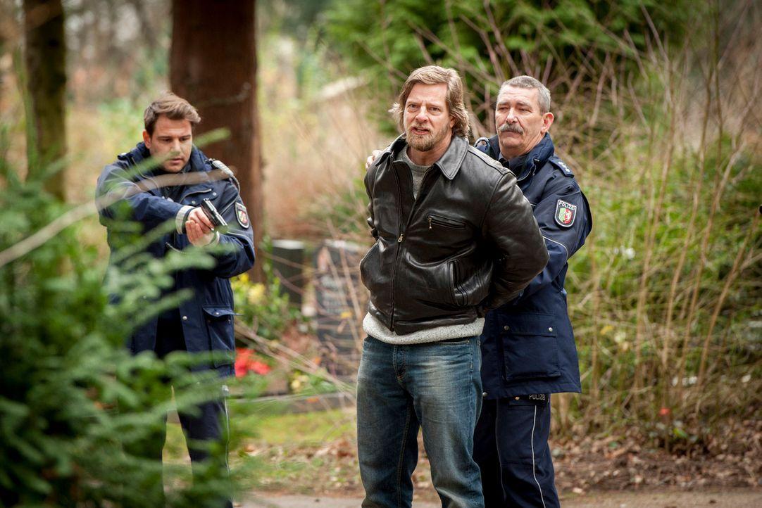 Am Grab seiner Mutter werden Mick (Henning Baum, M.) und sein Vater festgenommen und ins LKA überstellt. Dort konfrontiert Mick Abteilungsleiter Bre... - Bildquelle: Martin Rottenkolber SAT.1