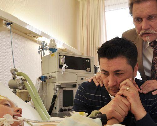 Als auch noch die Lunge des kleinen Mücke zu versagen droht, beschließt sein Vater, Tekin Kurtulus (Tekin Kurtulus, M.), gegen den Ratschlag seine... - Bildquelle: Neue Moustache GmbH
