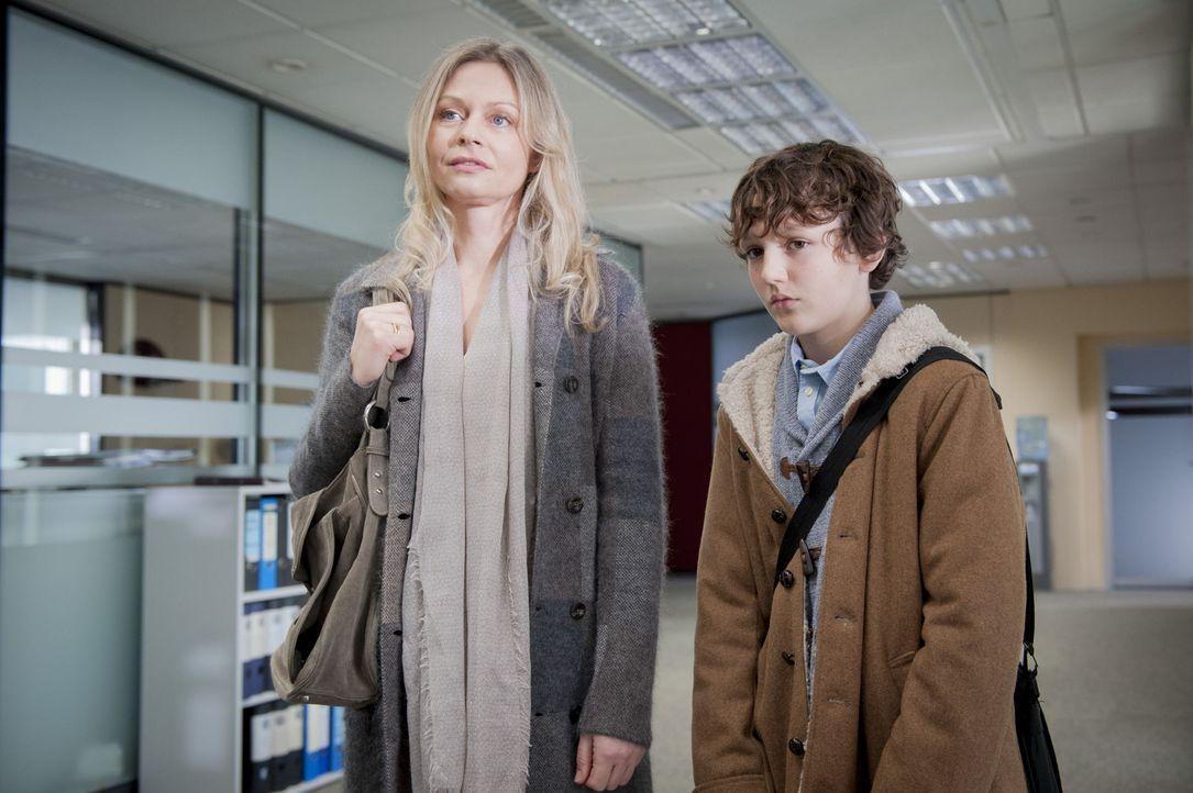 Können Inga Klein (Susanna Simon, l.) und ihr autistischer Sohn Timmy (Arthur Barlow, r.) bei den Ermittlungen behilflich sein? - Bildquelle: Martin Rottenkolber SAT.1
