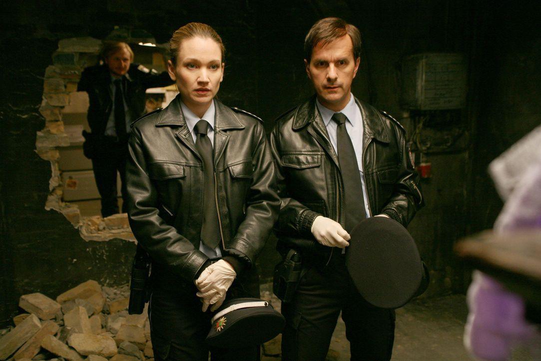 Carla (Lisa Maria Potthoff, l.) und Rick (Christoph Maria Herbst, r.) staunen nicht schlecht, als sie sehen, wie hemmungslos die Panzerknacker-Bande... - Bildquelle: Volker Roloff SAT.1