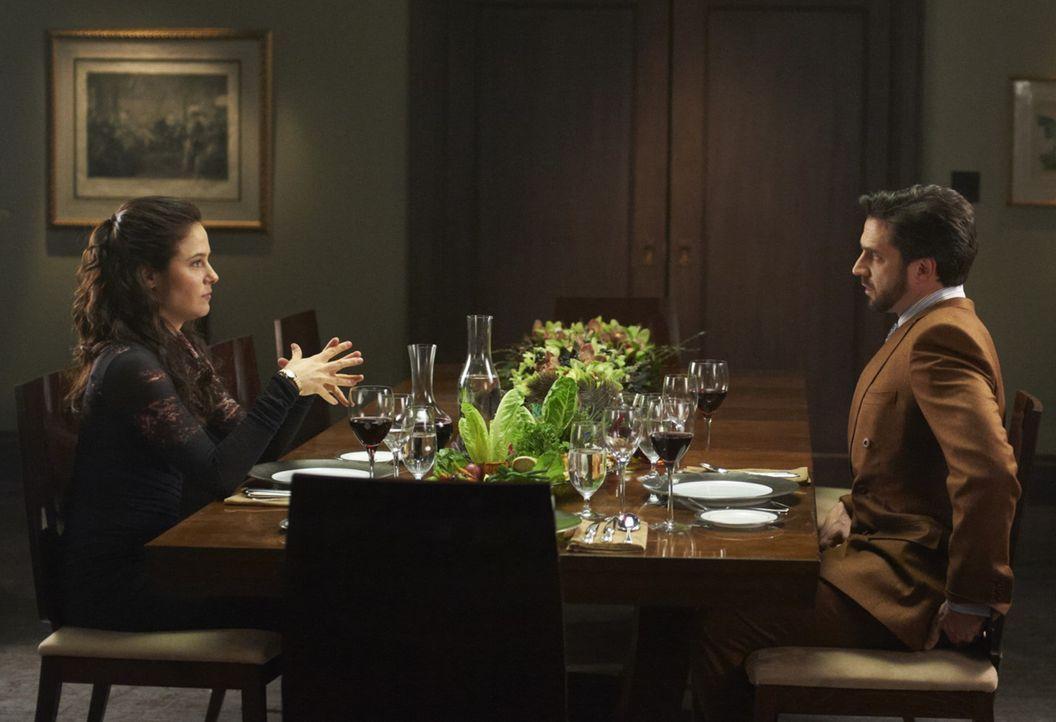 Dr. Frederick Chilton (Raúl Esparza, r.) ist fest davon überzeugt, dass der Chesapeake-Ripper, der meistgesuchte Serienkiller, in seiner Anstalt s... - Bildquelle: 2012 NBC Universal Media, LLC