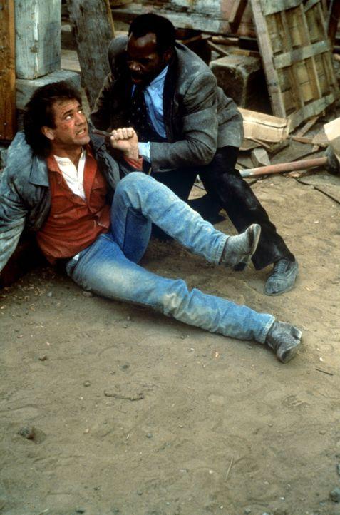 Weil Riggs (Mel Gibson, l.) versucht, eine Autobombe mit seinem Taschenmesser zu entschärfen, kommt es zu einer gewaltigen Detonation. Prompt werden... - Bildquelle: Warner Bros.