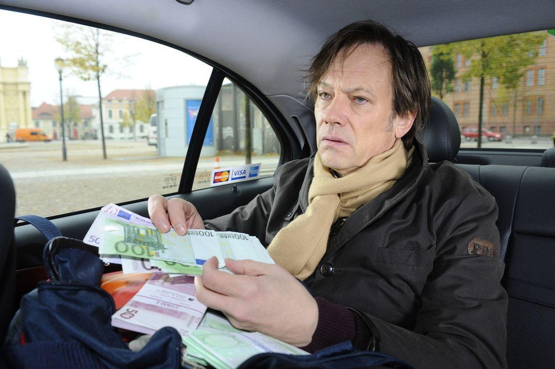 Armin (Rainer Will) ist auf dem Weg aus der Stadt. Einzig der Anblick des Geldes, um das er die Versicherung entgegen seiner Beteuerungen natürlich... - Bildquelle: SAT.1