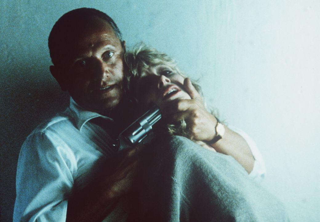 Oberbösewicht Maitland (Steven Berkoff, l.) hat Jenny (Lisa Eilbacher, r.) in seine Gewalt gebracht - doch in Wirklichkeit will er Axel Foley ... - Bildquelle: Paramount Pictures
