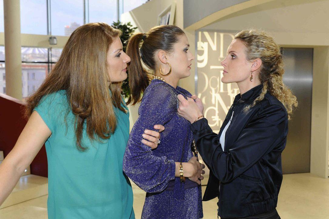 Natascha (Franziska Matthus, l.) und Maja (Barbara Lanz, r.) bekommen heraus, wie David es geschafft hat, das Video zu löschen: Jessica (Fiona Erdm... - Bildquelle: SAT.1