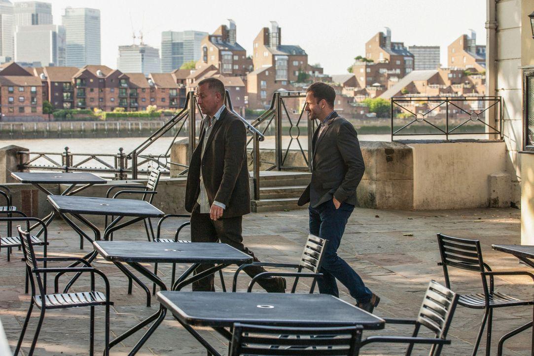 Sherlock Holmes (Jonny Lee Miller, r.) wird von einem früheren Kollegen bei Scotland Yard nach London gerufen, um beim Auffinden von Lestrade (Sean... - Bildquelle: CBS Television