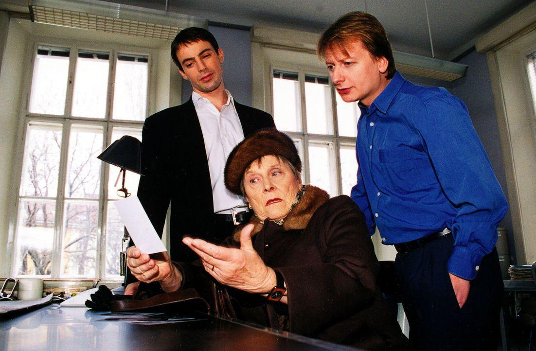 Kommissar Brandtner (Gedeon Burkhard, l.) und Kommissar Böck (Heinz Weixelbraun, r.) befragen Moritz Hollubs Nachbarin Frau Nagel (Hilde Sochor, M.). - Bildquelle: Ali Schafler Sat.1
