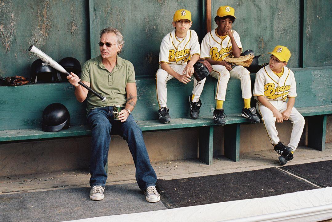 """Der ehemalige Baseball-Profi Morris Buttermaker (Billy Bob Thornton, l.) übernimmt den Job als Coach der """"Bears"""" nur, weil er enorme Geldsorgen hat!... - Bildquelle: TM & © Paramount Pictures. All Rights Reserved."""