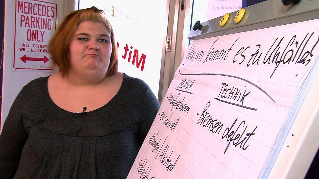 Die übergewichtige Eileen paukt fleißig für die bevorstehende Führerscheinprüfung ... - Bildquelle: SAT.1