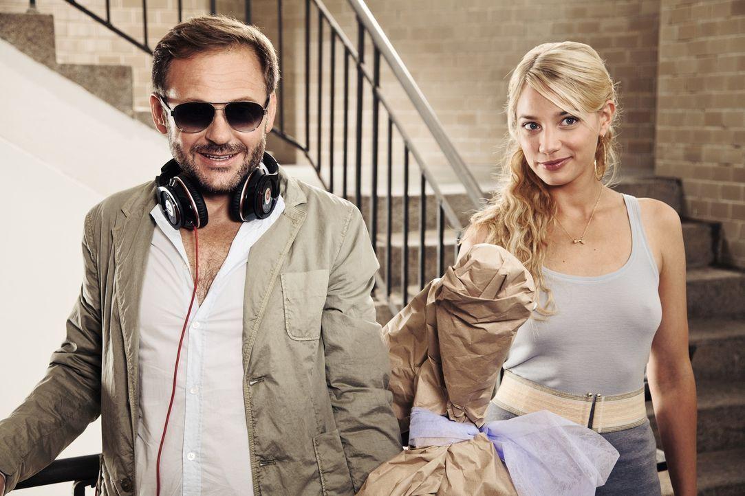 Magdalena kann Tristans (Samuel Finzi, l.) neue Flamme Anna (Jytte-Merle Böhrnsen, r.) nicht besonders gut leiden. Als der Zahnarzt zu ihr und Henry... - Bildquelle: 2013   Warner Bros.