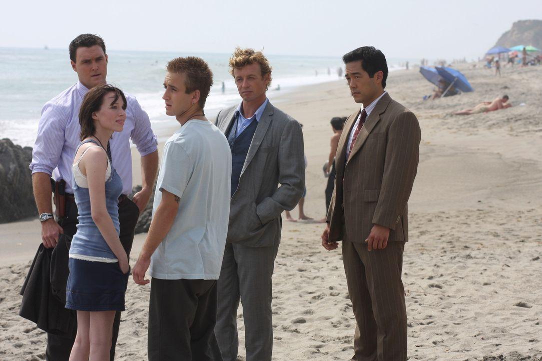 Nach der Ermordung eines fünfzehnjährigen Mädchens erhoffen sich Patrick Jane (Simon Baker, 2.v.r.), Wayne Rigsby (Owain Yeoman, l.) und Kimball... - Bildquelle: Warner Bros. Television