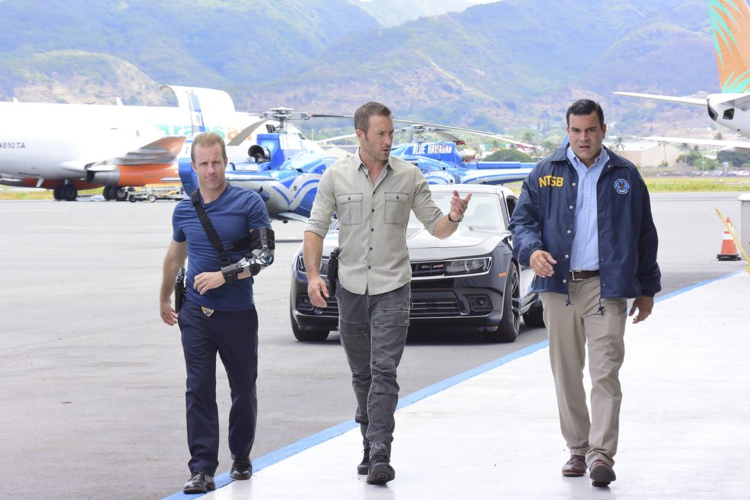 Die zuständige Ermittlungsbehörde um Agent Callahan (Ricardo Chavira, r.) will den Fall als Pilotenfehler zu den Akten legen, doch Danni (Scott Caan... - Bildquelle: Norman Shapiro 2017 CBS Broadcasting Inc. All Rights Reserved.