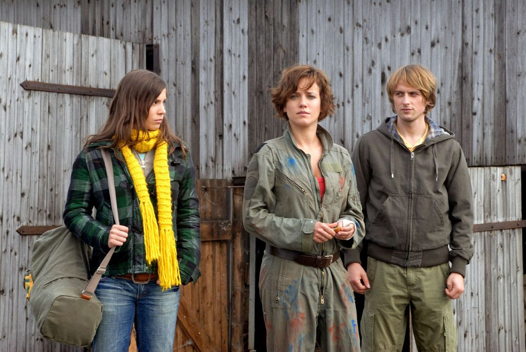 Susanne (Muriel Baumeister, M.) bekommt Besuch von Jonas (Axel Schreiber, r.) und Marie (Aylin Tezel, l.). - Bildquelle: Hardy Spitz Sat.1