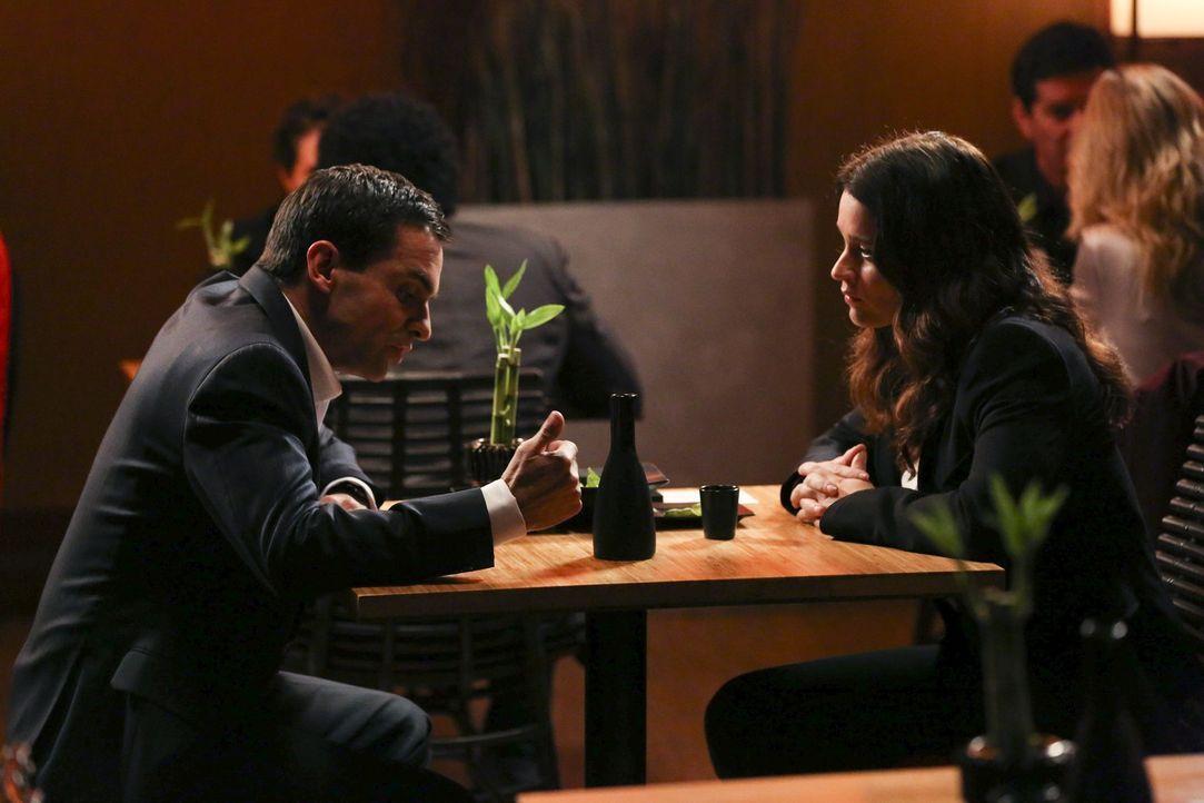 Spontan wird Teresa (Robin Tunney, r.) von Hassan Zarif (Navid Negahban, l.) um Hilfe gebeten. Kann die smarte FBI- Agentin weiterhelfen? - Bildquelle: Warner Bros. Television