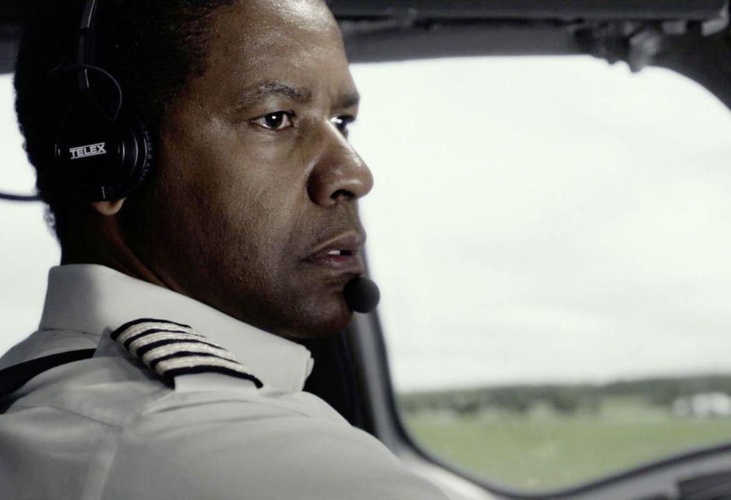 Sekunden vor dem Aufprall sucht Pilot Whip (Denzel Washington) in äußerster Anspannung nach einer Landemöglichkeit ... - Bildquelle: Robert Zuckerman 2012 PARAMOUNT PICTURES. ALL RIGHTS RESERVED. / Robert Zuckerman