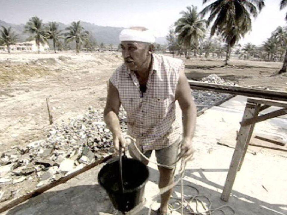 Thailand-Joe nach dem Tsunami, beim Beseitigen der Trümmer seines Restaurants. Aus eigener Kraft baute er seine Existenz wieder auf. - Bildquelle: Sat.1