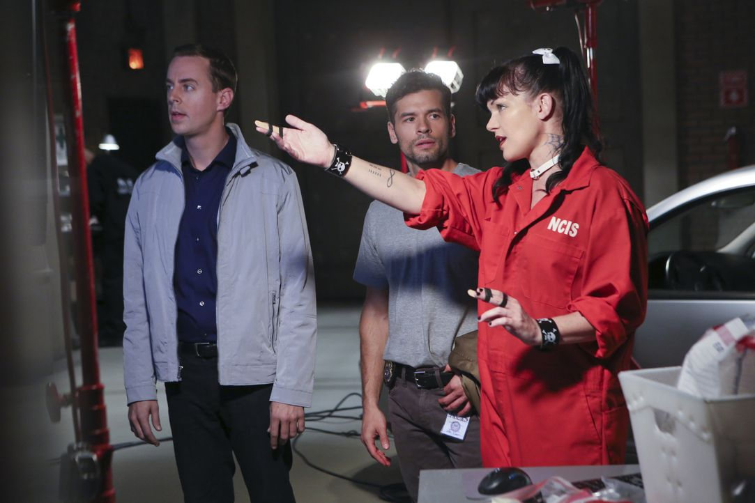 Gemeinsam versuchen sie einen Fall zu lösen: DEA Agent Luis Mitchell (John Gabriel, M.), McGee (Sean Murray, l.) und Abby (Pauley Perrette, r.) ... - Bildquelle: Monty Brinton CBS Television