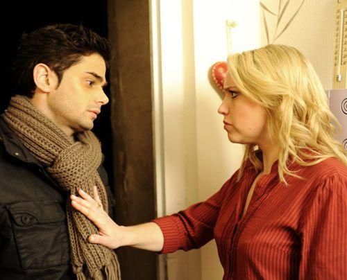 Miriam weist Sebastian zurück, der sie zu Hause aufsucht. Dadurch erfährt jedoch Lara von der Affäre ihrer Mutter. - Bildquelle: Christoph Assmann - Sat1