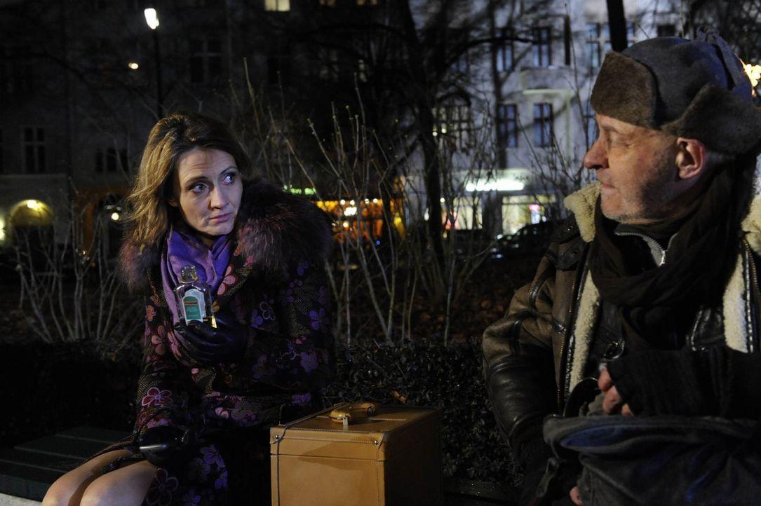 Brigitte (Joana Schümer, l.), die von Susanne aus der Wohnung geworfen wurde, sucht verzweifelt nach einem Platz für die Nacht. Doch keiner ihrer... - Bildquelle: SAT.1