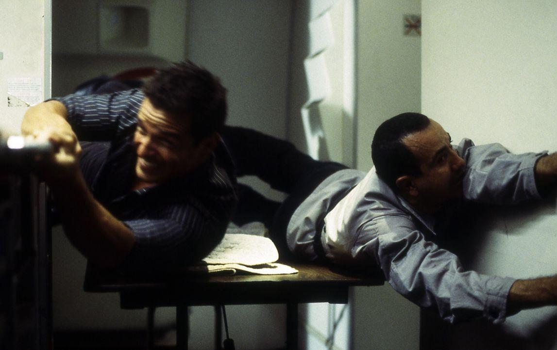 Nachdem Terroristen den Piloten des Privatjets kaltblütig erschossen haben, schlägt John Masters (Antonio Sabato, l.) zurück und dezimiert die Gangs... - Bildquelle: Cinetel Films
