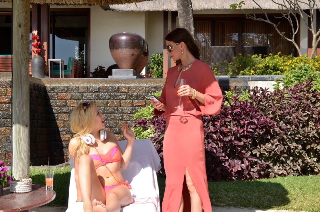 Traumurlaub im Luxushotel auf Mauritius, aber Renate (Nadeshda Brennicke, r.) und Chiara (Anna Lena Klenke, l.) zoffen sich unentwegt - bis Mutter u... - Bildquelle: Amaury Bouchet SAT.1