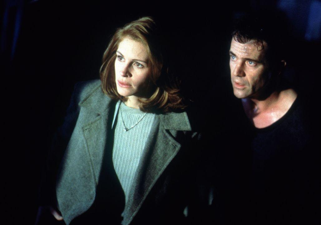 Wird es Alice (Julia Roberts, l.) und Fletcher (Mel Gibson, r.) gelingen, Dr. Jonas zu überlisten und seine kriminellen Machenschaften aufzudecken? - Bildquelle: Warner Bros. Pictures