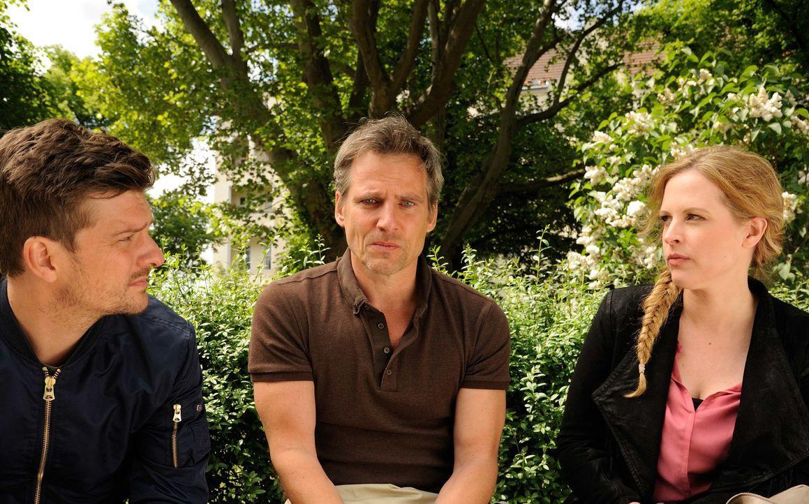 Simon Bobek's (René Steinke, M.) Ex-Frau Tina wurde mit einer Mistgabel erstochen. Fritz (Matthi Faust, l.) und Josephine (Diana Amft, r.) beginnen... - Bildquelle: Hardy Spitz SAT.1
