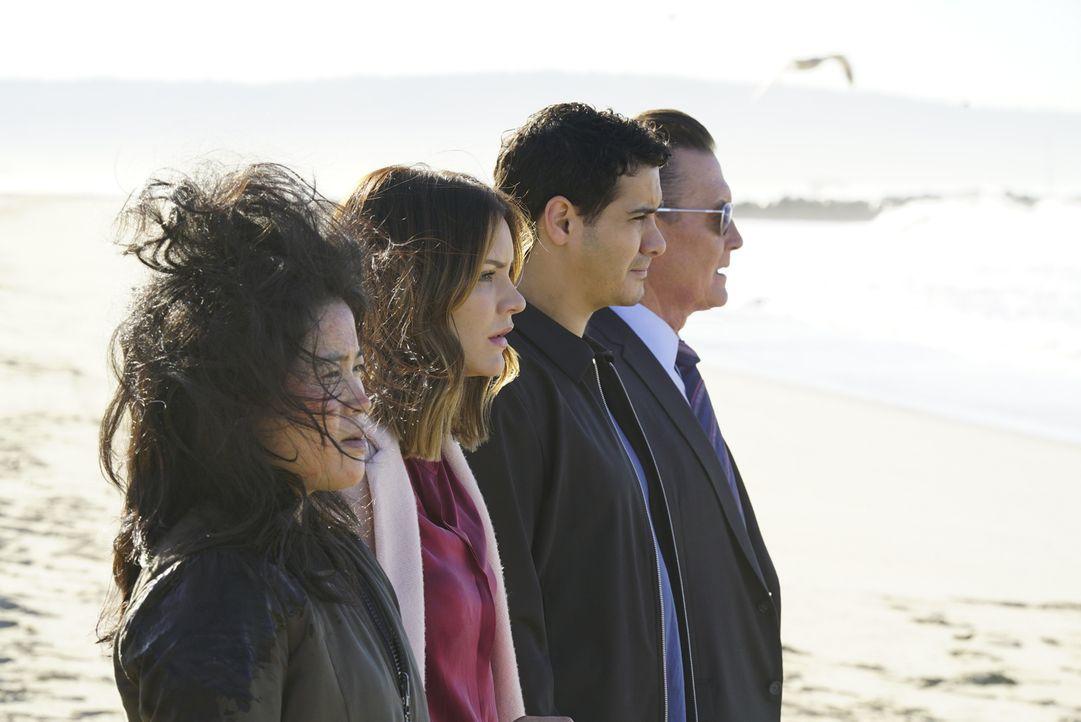 Während (v.l.n.r.) Happy (Jadyn Wong), Paige (Katharine McPhee), Walter (Elyes Gabel) und Cabe (Robert Patrick) versuchen, eine atomare Katastrophe... - Bildquelle: Monty Brinton 2017 CBS Broadcasting, Inc. All Rights Reserved