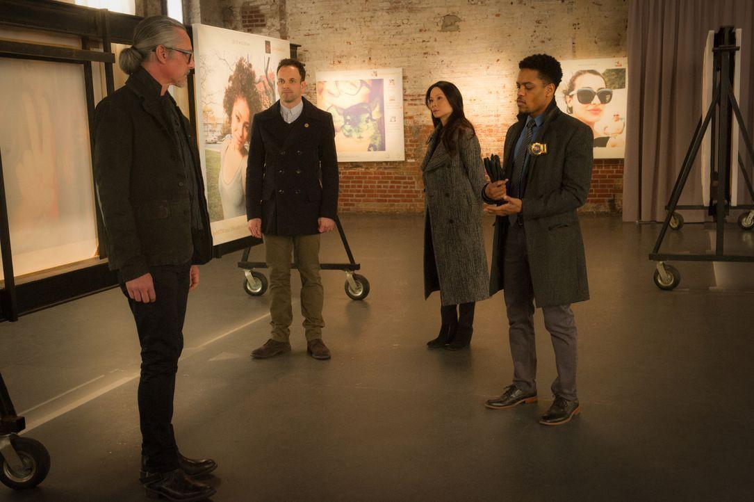 Holmes (Jonny Lee Miller, 2.v.l.), Watson (Lucy Liu, 2.v.r.) und Detective Bell (Jon Michael Hill, r.) erhoffen sich Hilfe von Ephraim Hill (Quentin... - Bildquelle: Jeff Neira 2016 CBS Broadcasting Inc. All Rights Reserved.