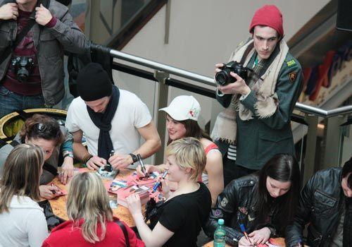 """Unsere """"Hand aufs Herz""""-Darsteller signieren ihre Autogrammkarten. - Bildquelle: Danilo Brandt - Sat1"""