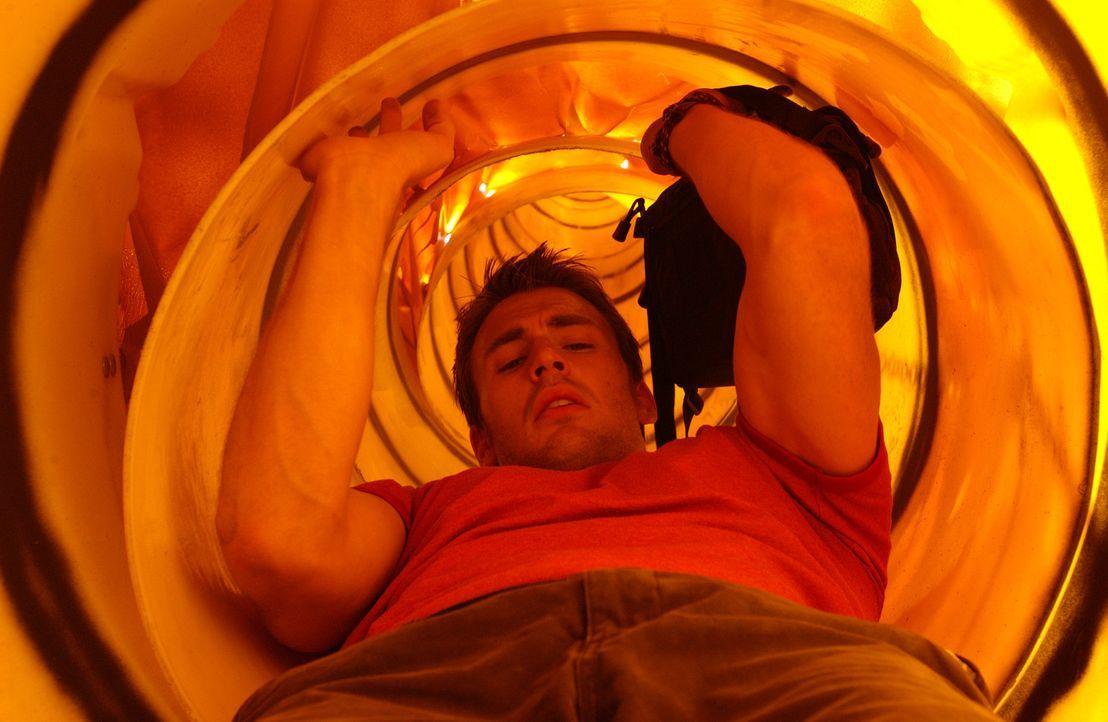 Eigentlich wollte Sunnyboy Ryan (Chris Evans) nichts anderes tun, als einen netten Tag auf dem Surfbrett zu verbringen. Doch dann erhält er einen fo... - Bildquelle: Warner Bros. Pictures