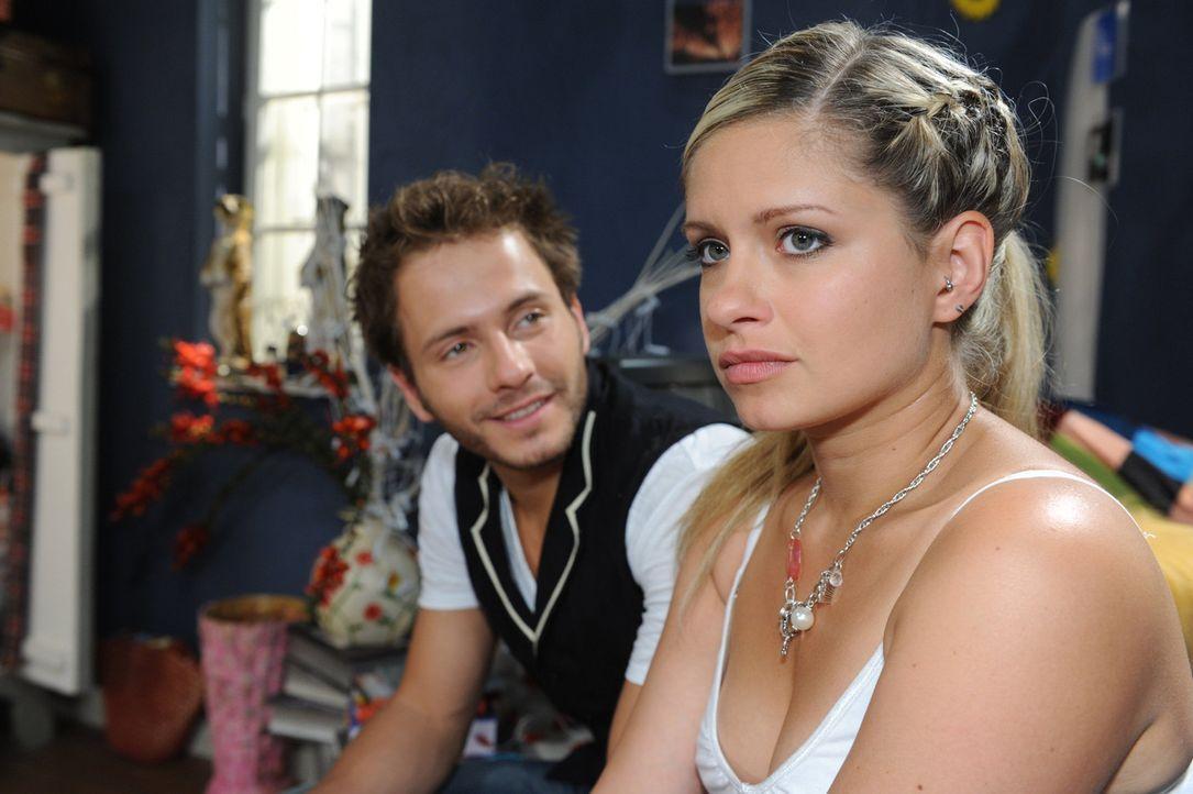 Haben die beiden noch eine Chance? Mia (Josephine Schmidt, r.) und Enrique (Jacob Weigert, l.) ... - Bildquelle: SAT.1