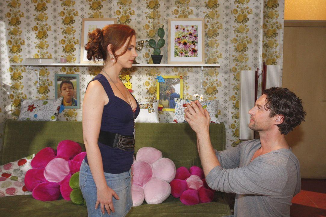 Manu (Marie Zielcke, l.) fällt aus allen Wolken, als Toni (Ron Holzschuh, r.) ihr einen Heiratsantrag macht  ... - Bildquelle: SAT.1